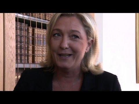 Angleterre: des manifestants accueillent Le Pen à Cambridge