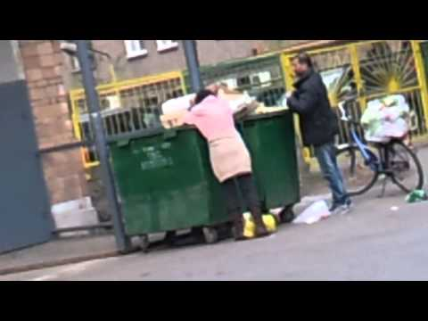 People get food from garbage in Moscow, 2014