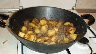 Картофель с печенью и овощами.