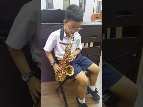 """อ๋องซ้อมเป่า Saxophone """"Kiss the rain"""""""
