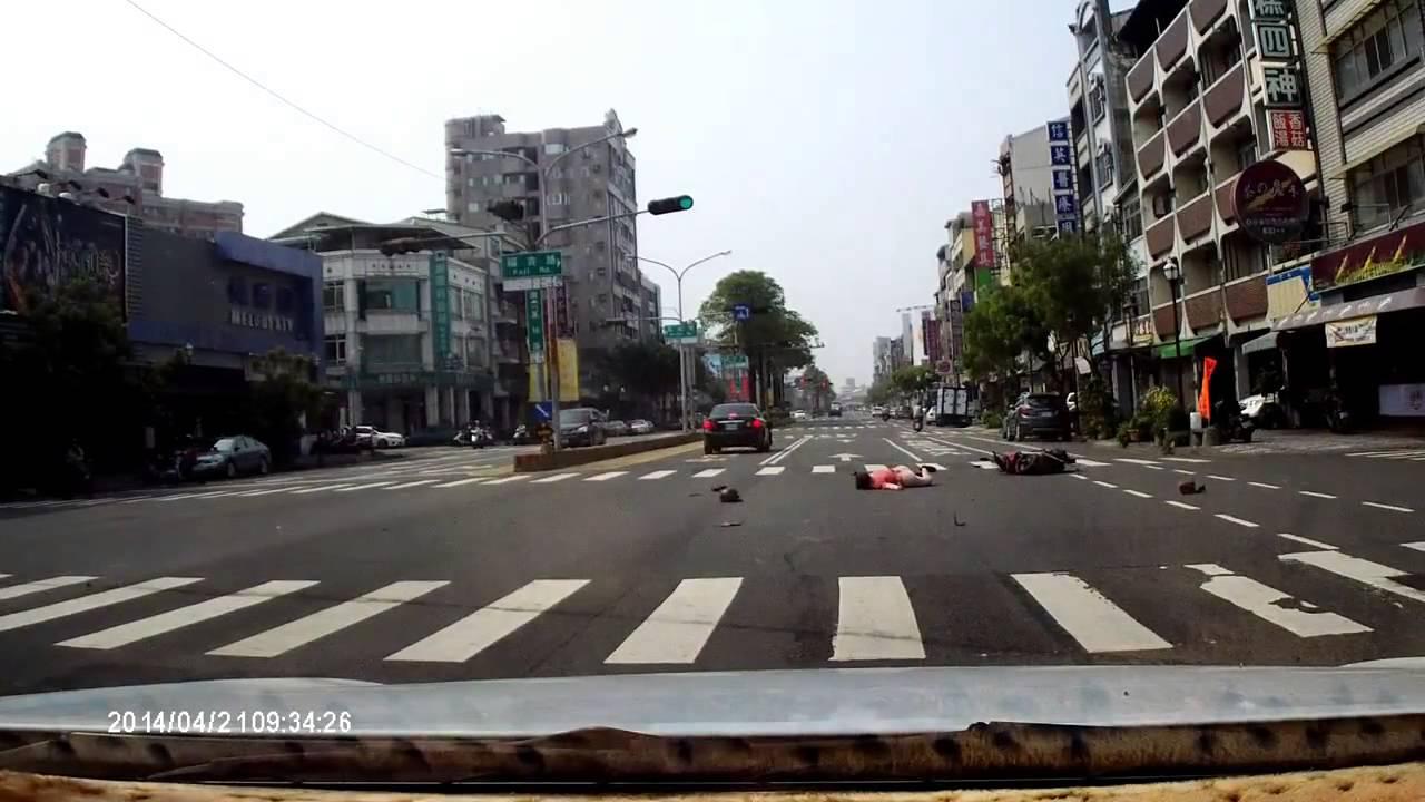 20140421臺南市南區夏林路與福吉路汽機車嚴重車禍 - YouTube