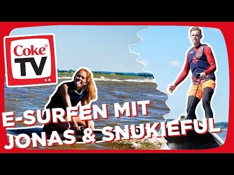 Brettern auf dem E-Surfboard | #CokeTVMoment