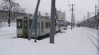 雪の十日町駅を発車するキハ110系