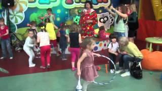 Интер актив детей с клоуном