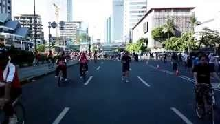 MH Thamrin bikes and crowds bursting through traffic light @ Jakarta Car Free Day
