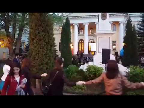 Шурджпар армянских студентов в саду исторического особняка Лазаревых в Москве