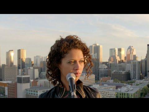 La Bronze, chanteuse montréalaise d'origine marocaine, reprend la chanson de Stromae « Formidable » en darija.