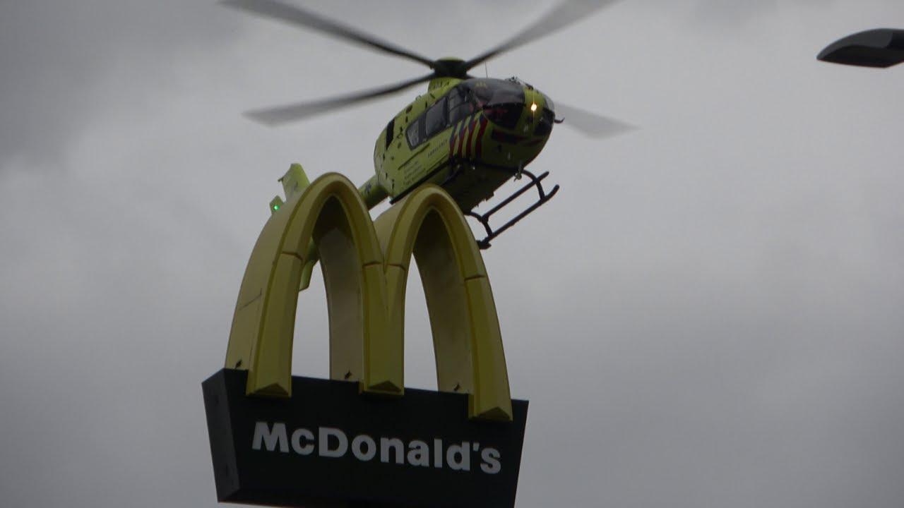 Ambulance met spoed vanaf medisch incident naar traumahelikopter bij de McDonald's in Lelystad