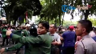 Download Video Dua Massa Pro dan Kontra Jokowi Memanas di DPRD Sumut MP3 3GP MP4