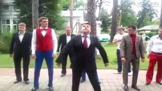 Танцуем все вместе!Прикольное видео!