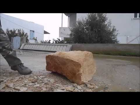 Раскалываем большой камень кувалдой. Грубая обработка./Split up a large stone with a sledgehammer.