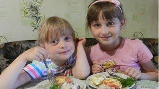 Рисовая запеканка с курицей и овощами. Дети на кухне.
