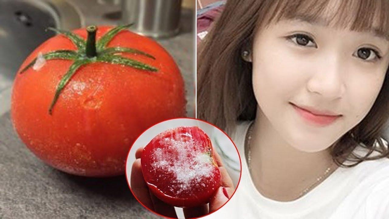 Chà nửa quả cà chua lên mặt vài vòng, mụn ẩn, mụn đầu đen sẽ tự chui lên, da mướt mịn, trắng hồng
