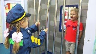 Diana brinca de faz de conta com profissões no museu infantil