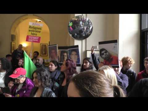 """Open the borders of Australia"". The Embassy in London invaded by pro-refugees demonstrators"