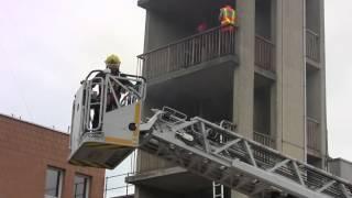 Démonstration d'une manœuvre incendie dans un immeuble