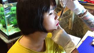 Cô gái Bình Dương lên tiệm xăm vui vẻ xỏ khuyên môi 😉
