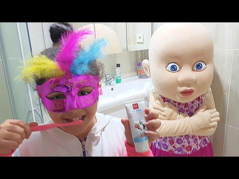 YAĞMUR Pembe Maskesiyle Dişlerini Fırcaladı Minik Bebeğin Diş Fırçası Yoktu Üzül