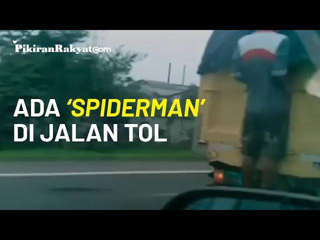 Viral, Video Seorang Pria 'Menempel' di Bagian Belakang Truk saat Melaju Kencang di Jalan Tol