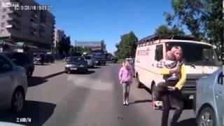 2 Anak ini Ketabrak Mobil Tapi Masih Mampu Berdiri