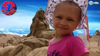 Ярослава и Хелло Китти в парке Песчаных Скульптур. Видео для детей. Hello Kitty Toys.