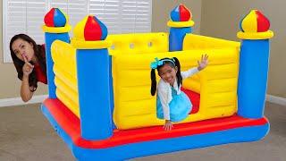 Emma giả vờ chơi với tòa lâu đài bằng phao khổng lồ dành cho các bé