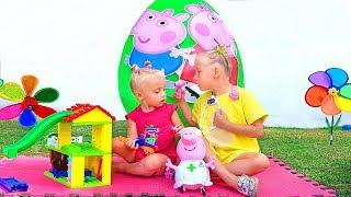 Алиса и Ева достают Игрушки из Гигантского яйца Свинка Пеппа / Сказки для Евы