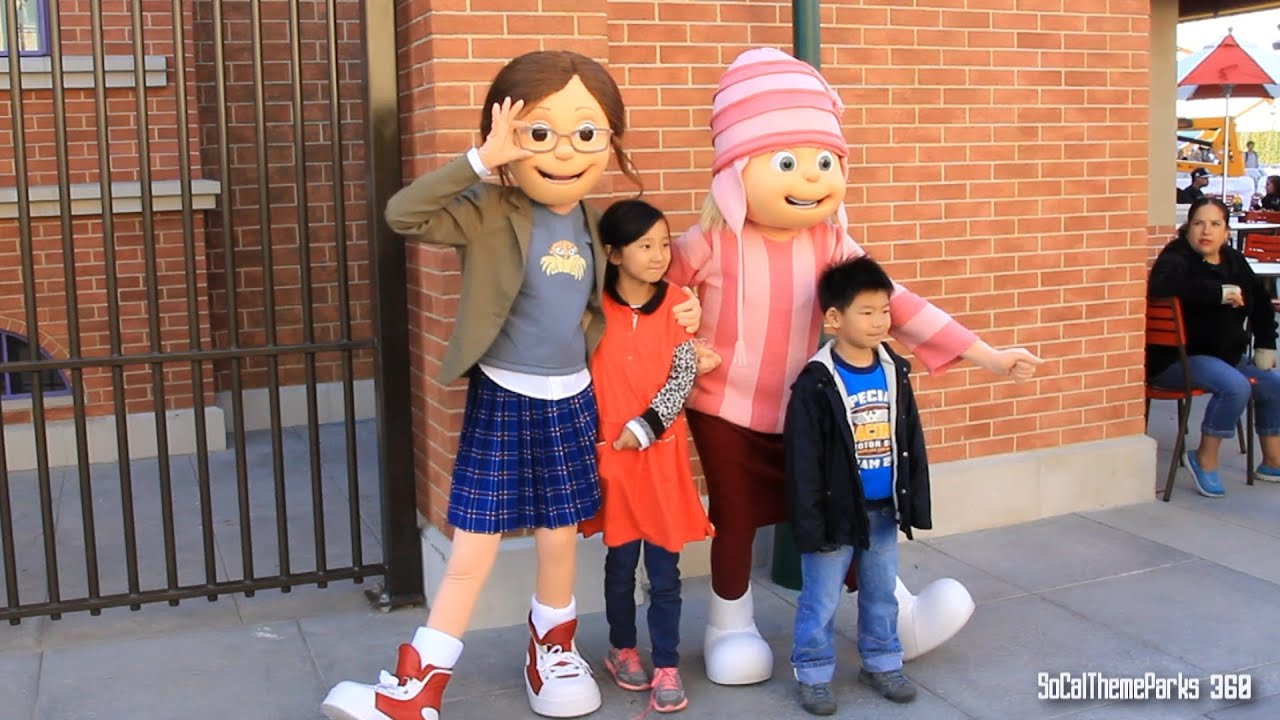 people meet characters at universal studios