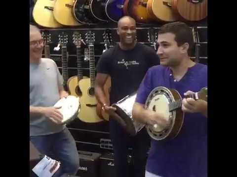 Leo Russo compra um banjo e faz roda de samba na loja de instrumentos, com Alceu Maia no pandeiro