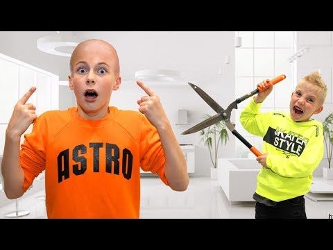 Даня ЛЫСЫЙ...Остались ОДНИ дома. Dania is bald ... ONE stayed at home.