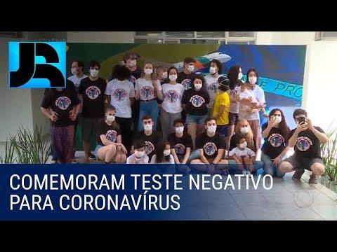 Brasileiros isolados em base aérea comemoram resultado negativo de exame para coronavírus