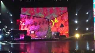 Miley Cyrus - Wrecking Ball (World Music Awards 2014) FULL PERFORMANCE