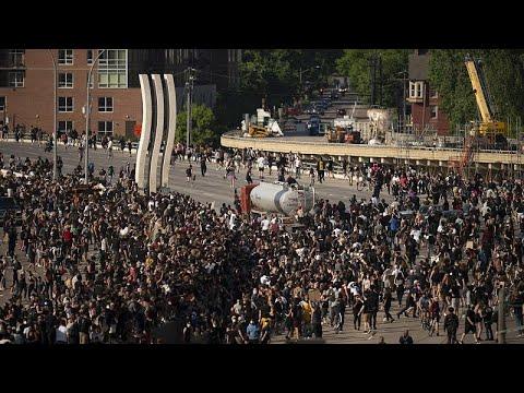 شاهد: شاحنة تحاول بالقوة شق طريقها وسط حشود المتظاهرين في مينيابوليس …  - 11:59-2020 / 6 / 1