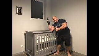 Hardkorowy Koksu składa łózeczko dla swojego dziecka
