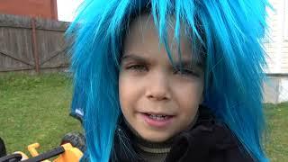 Малыш как полицейский спасает щенка сонной девочки и катается на полицейской машине