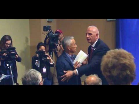 El momento en que expulsan a Jorge Ramos de conferencia de prensa de Donald Trump