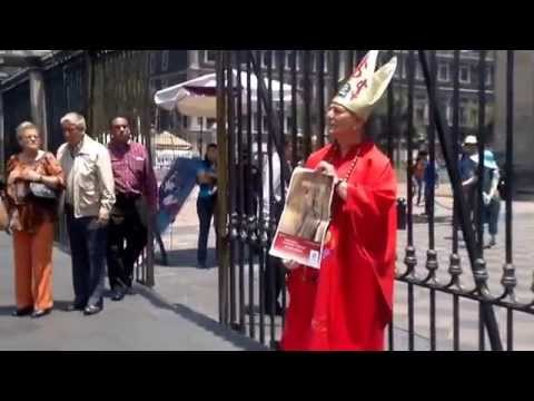 La Activista Julia Klug regresa afuera de Catedral el 17 de Julio de 2014
