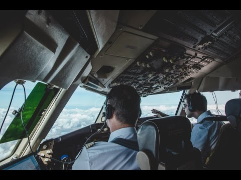 Cockpit-View of Condor-Flight DE4228: Landing in Capetown (Boeing 767-300)