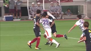 前線でボールを受けた金崎 夢生(鹿島)がドリブル突破から強烈なシュー...