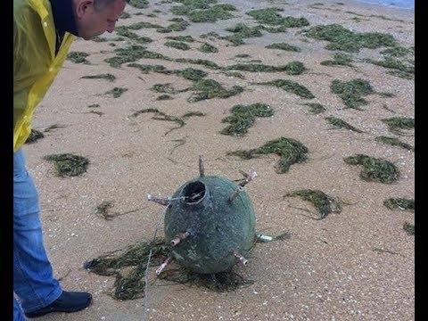 На берег Анапы после шторма выбросило похожий на морскую мину предмет