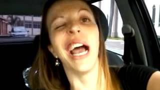 Mulher ri e pisca após anestesia e faz sucesso na internet thumbnail