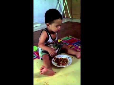 Anak Kecil Lucu Makan Sambil Ngantuk