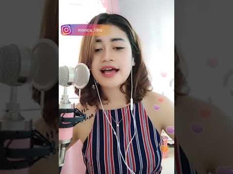 wanita cantik bernyanyi merdu walaupun hati nya lagi