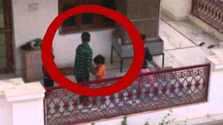 Ma ẩn hiện trong đám trẻ em đang chơi