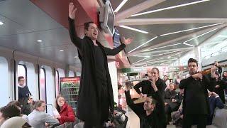 Johannes Dunz sings Rossini's 'Largo al factotum' at an airport | Pop-up Opera