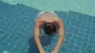 オフの日にプールで遊ぶ選手達。田宮勇次選手がプールで息止めに挑戦し...