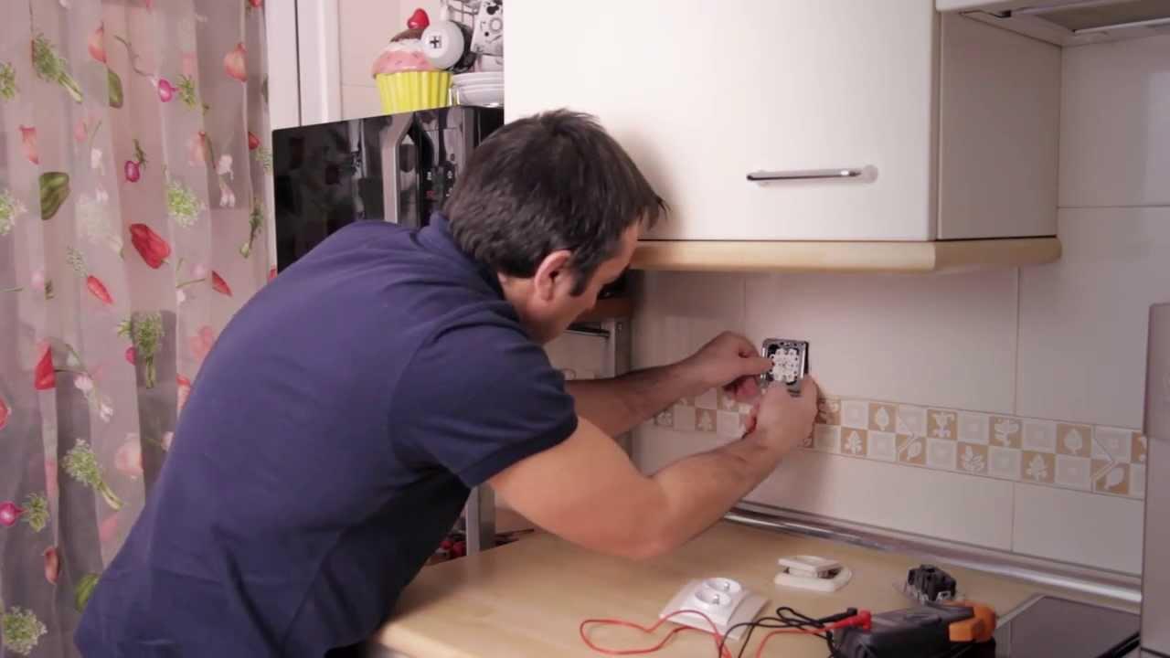 C mo cambiar una base de enchufe simple por una doble - Cambiar instalacion electrica sin rozas ...