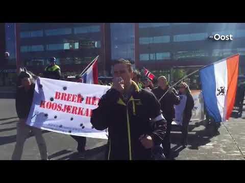 Handjevol rechts-extremisten demonstreert in Enschede; veel politie aanwezig