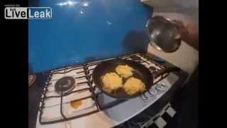 как приготовить и съесть драники из картофеля с сыром(Даже турки любят белорусские драники из картошки. Рецепт драников из картофеля с сыром прост - чистите карт..., 2014-10-25T16:43:53.000Z)