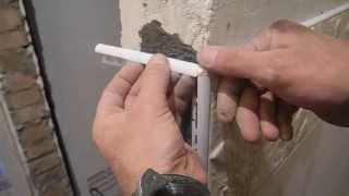 видео Пластиковый наружный уголок для плитки. Как крепить напольные плинтуса с уголками